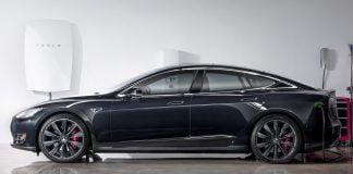 Quelle Bild: Tesla - hier an der Powerwall in der Garage angedockt