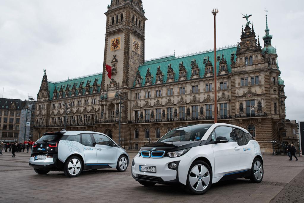 Symbol einer Partnerschaft: Die BMW i3 vor dem Hamburger Rathaus