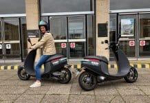 2 Elektroscooter von COUP vor dem Tempelhof Flughafen