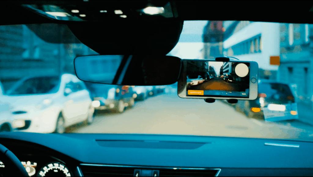 Das Handy macht während der Fahrt Aufnahmen von der Straße (Quelle: Vialytics)
