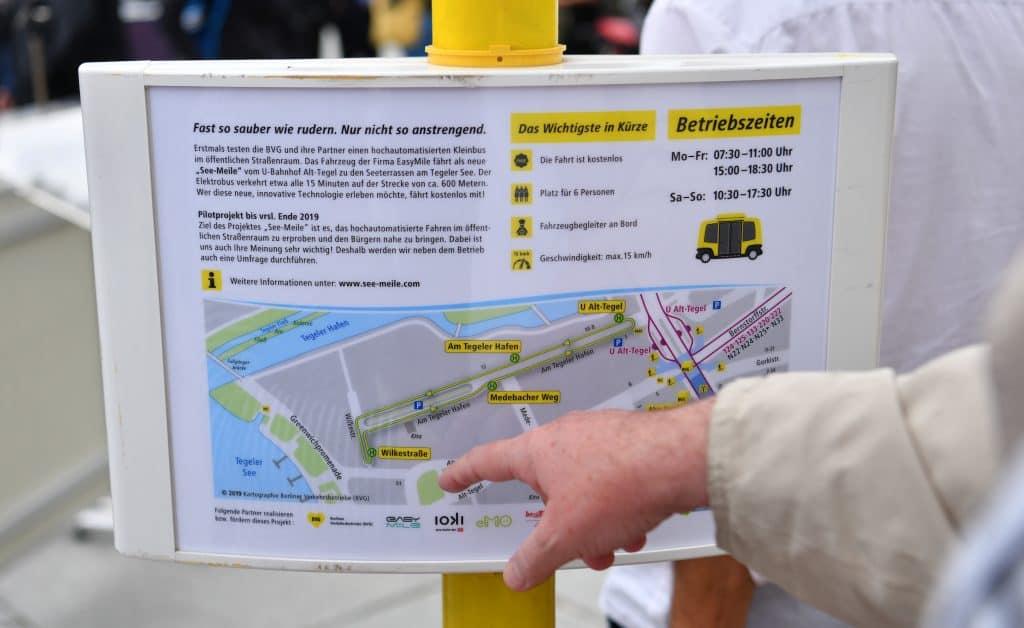 Autonomer Shuttlebus der BVG fährt in Berlin Tegel